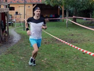 """Ultraloper Roel Groen loopt marathon in zijn tuin, oftewel 850 rondjes: """"Gefrustreerd door alle afgelastingen dacht ik: 'We gaan eens zot doen'"""""""