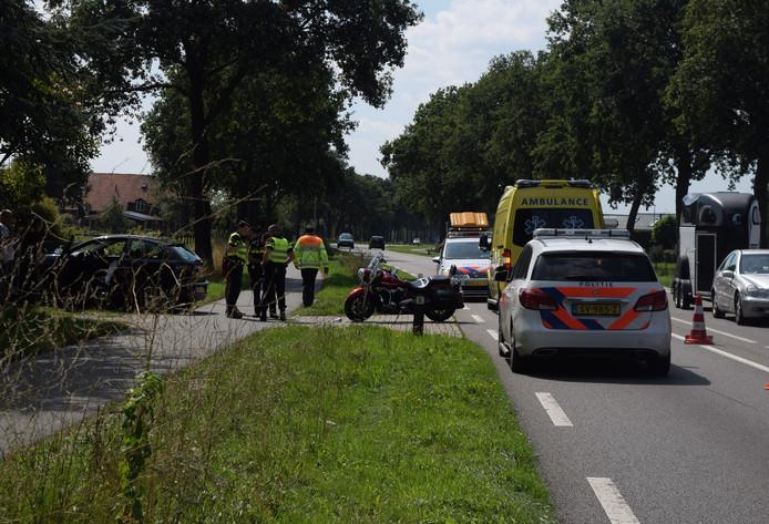 De hulpdiensten ter plaatse bij het ongeval in Etten.