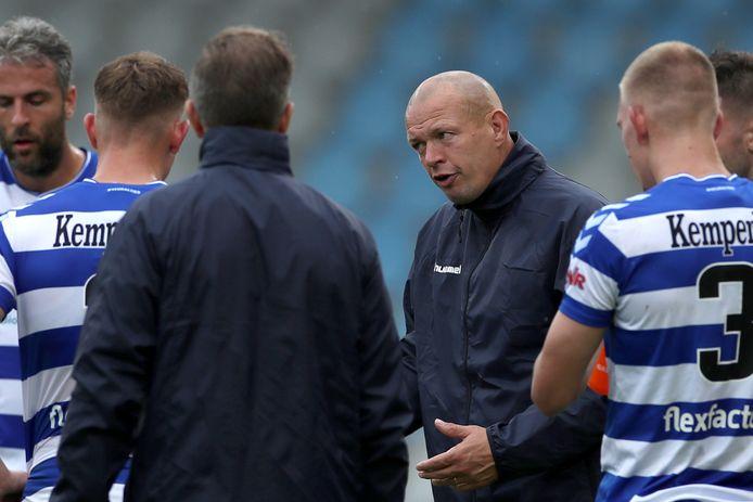 De Graafschap-assistent Richard Roelofsen instrueert zijn spelers tijdens een drinkpauze.