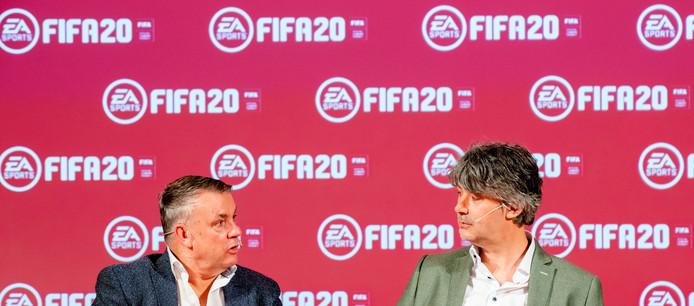 Verslaggevers Sierd de Vos (links) en Jeroen Grueter zijn de nieuwe commentatoren in de voetbalgame die vrijdag uitkomt.