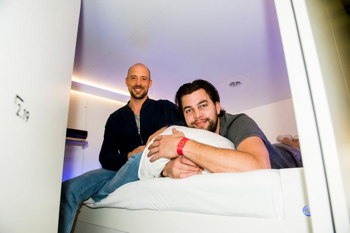 Mede-initiatiefnemer Sem Schuurkes (l) en manager Dennis Vermeulen (r) in een van de hoge hubs.