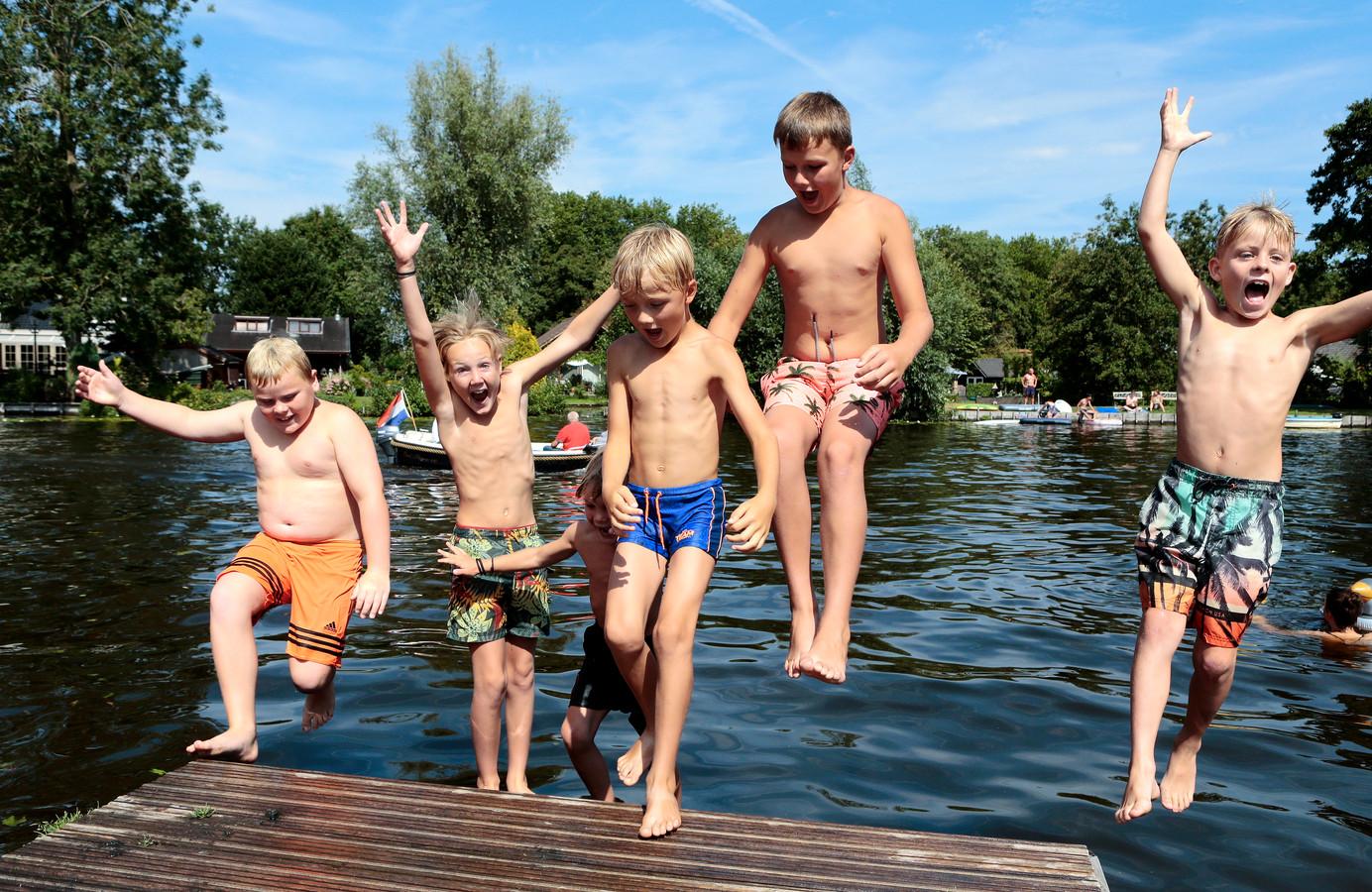 Bommetje! Het was de heetste 8 augustus ooit, dus was het tijd voor een plons in het water, dacht deze vriendengroep in Giessen-Oudekerk.