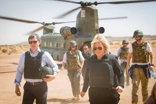 Toenmalig minister Hennis tijdens een bezoek aan de Nederlandse militairen in Mali in februari 2017.