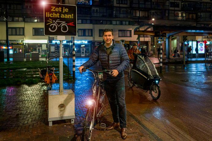 Wethouder Robert van Asten zet zich in voor fietsverlichting.