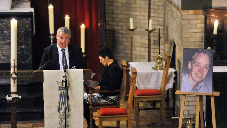 Pastor Marinus van den Berg spreekt in een volle kerk in Tilligte tijdens een gebedsdienst voor Tim Ribberink. Beeld null