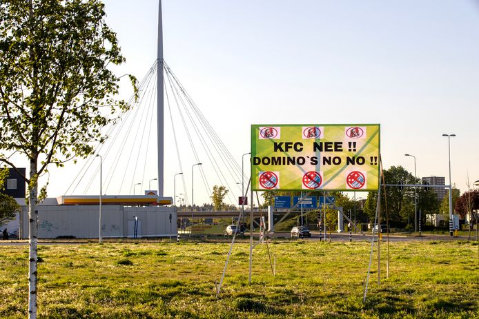 Spandoek tegen KFC en Domino's in Veldhoven (archieffoto).