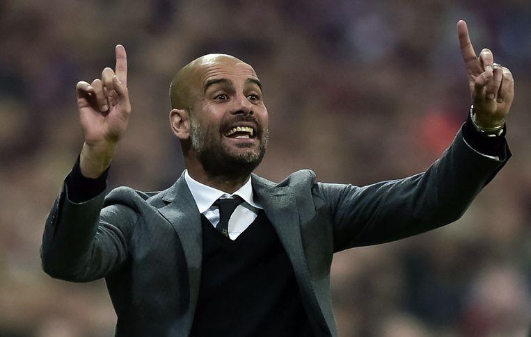 Bayern-coach Pep Guardiola geeft zijn ploeg aanwijzingen tijdens de krachtmeting met Porto in de kwartfinale van de Champions League. Beeld anp