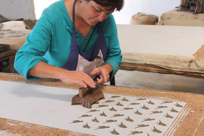 Nathalie Cassée werkt in de Katoendrukkerij onder meer met blokprinttechnieken.