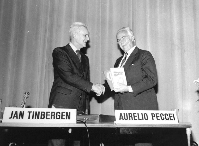 Nobelprijswinnaar Jan Tinbergen met de voorzitter van de Club van Rome (1967). Beeld ANP