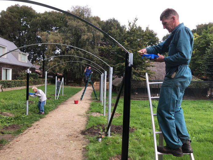 Vrijwilligers schilderen de berceau.