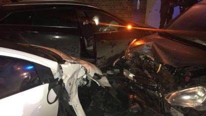 Dronken hardrijder crasht: vier wagens perte totale, huis beschadigd