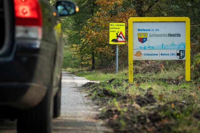 Aan de Molenweg richting Wapenveld ter hoogte van voormalige camping Ennerveld is een felgekleurd waarschuwingsbord verschenen.