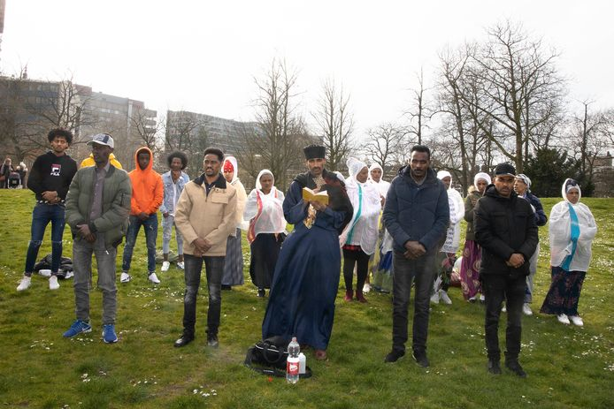 Orthodox christelijke Eritreeërs bidden dat de mensheid zal genezen van corona, in Kronenburgerpark.