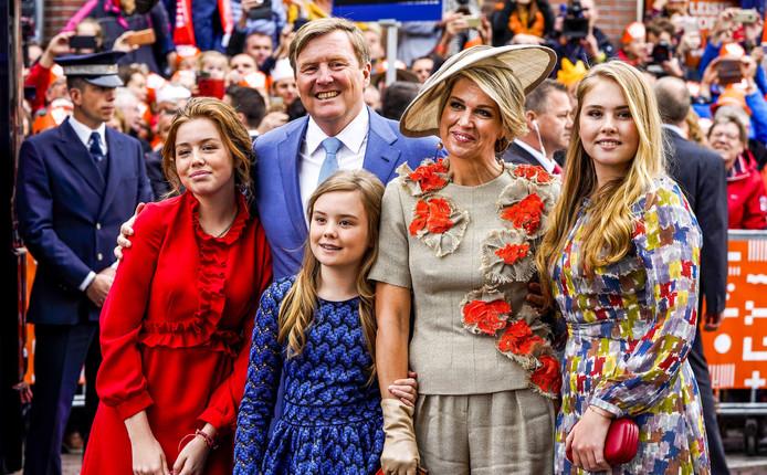 Koning Willem-Alexander en koningin Maxima en prinsessen Amalia, Alexia en Ariane tijdens Koningsdag 2019 in Amersfoort.