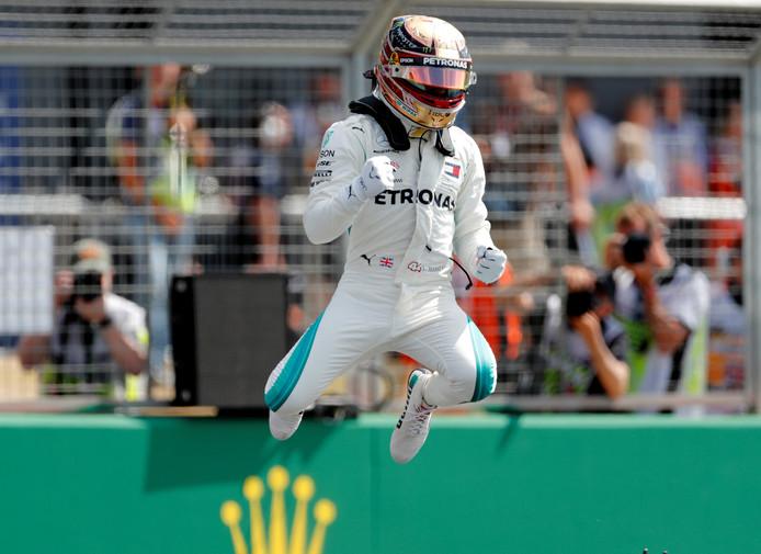 Lewis Hamilton viert zijn pole positie in Silverstone.