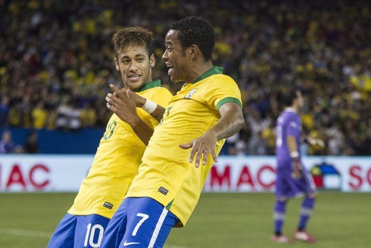 Robinho (rechts) viert zijn goal met Neymar. Beeld ap