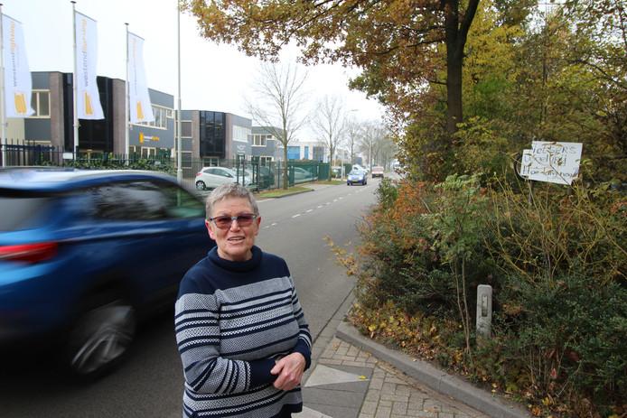 Gemma Engelen bij haar bord dat aandacht voor de fietsers vraagt.