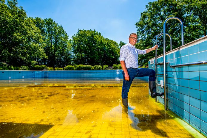 Het buitenzwembad van Heenvliet blijft de rest van het jaar dicht, Peter van der Wagt in het bad op de foto. Foto: Frank de Roo