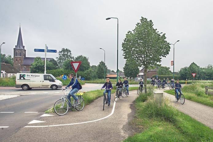 Leerlingen fietsen op de rotonde vaak tegen de richting in.