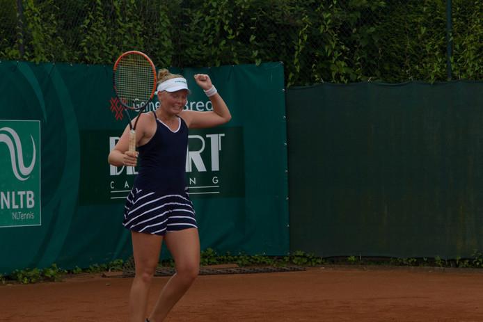 Kelly Versteeg heeft zojuist het beslissende punt binnengehaald en wint de wedstrijd tegen Vanda Lukacs.