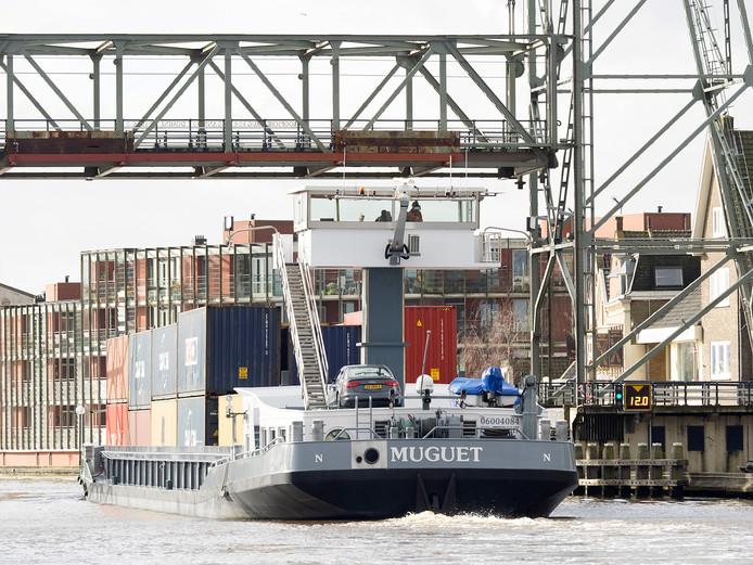 Containerschepen kunnen ook de komende weken niet door de Boskoopse hefbrug.