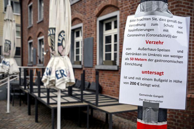 Niet alle horeca is in Gangelt gesloten, maar het is wel verboden drank en eten te nuttigen binnen een straal van 50 meter van de horecazaak.  Beeld EPA