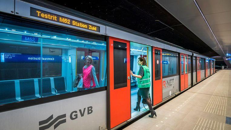 Testreizigers op metrostation Amsterdam Centraal Station tijdens een testrit voor de Noord/Zuidlijn. Beeld anp