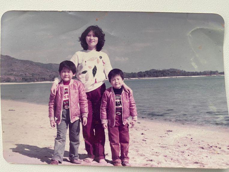 Kaji But (links) samen met zijn moeder en broer in Hongkong.  Beeld