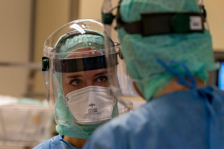 Medewerkers van het Jeroen Bosch Ziekenhuis op de intensive care, waar de kwetsbaarste coronapatiënten worden behandeld. Beeld RV