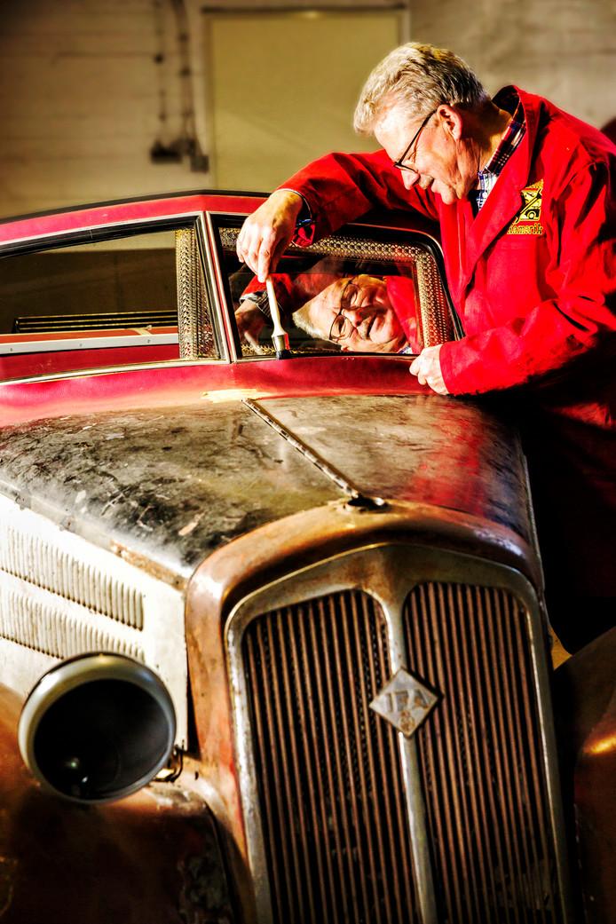 Maarten Verkleij van de Sleutelclub in Kamerik klust aan zijn Bugatti.