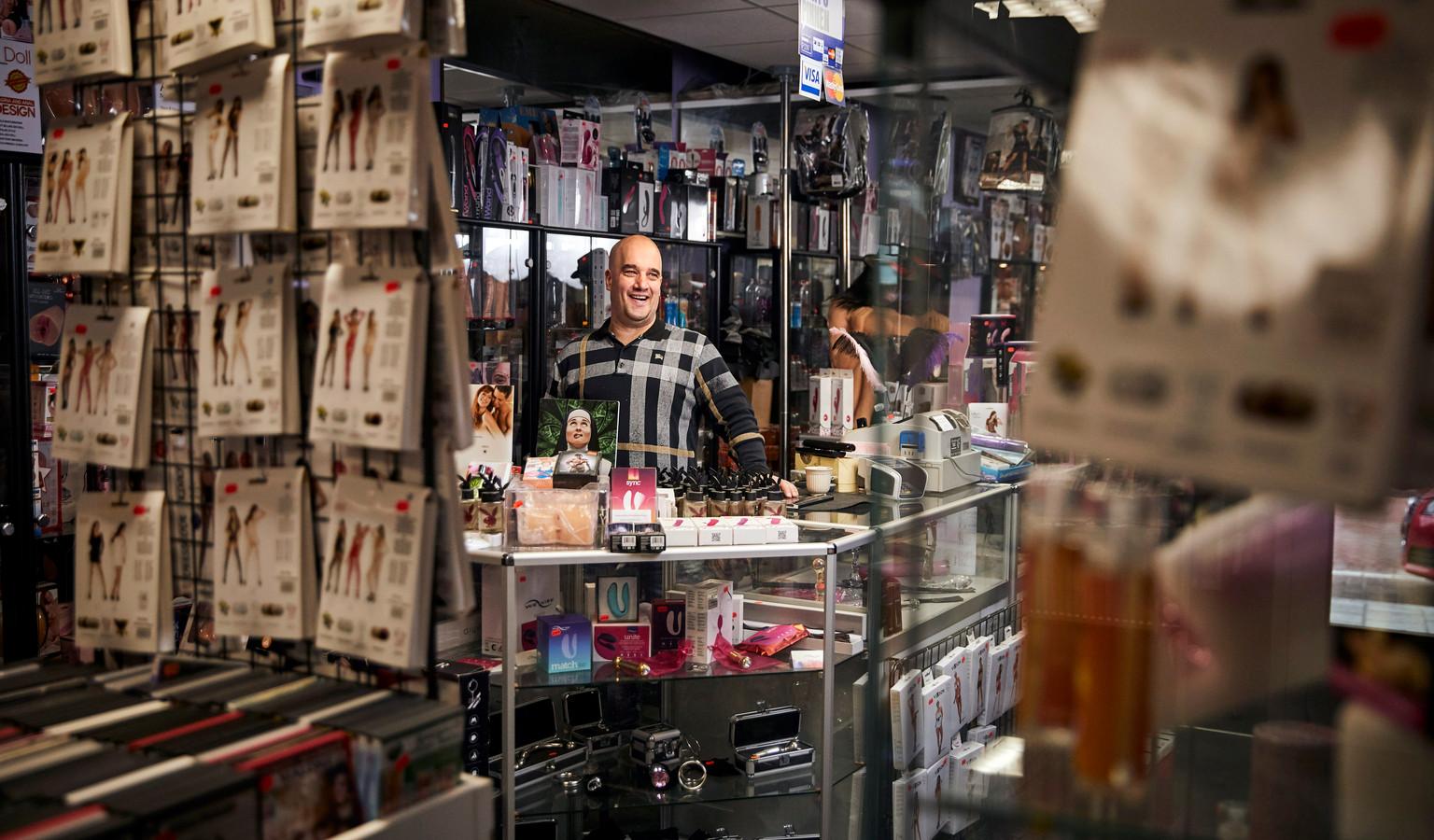 Marcel Karlas is eigenaar van Sex Shop Helen op Rotterdam-Zuid: ,,De sekswereld is mij op het lijf geschreven.''