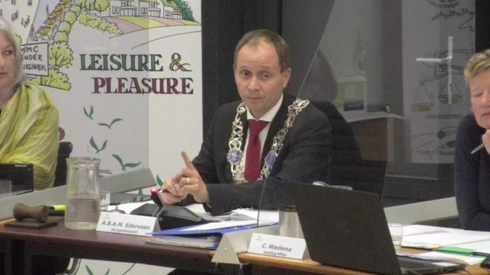 Burgemeester Anton Ederveen greep donderdag enkele keren in tijdens het emotionele debat over voedselbank De Boodschappenmand.