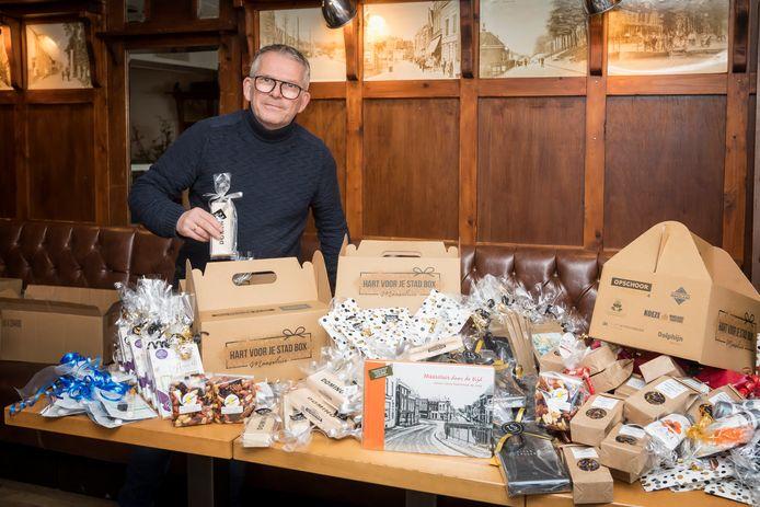 Bert Spek van Monsieur Paul is Stadshart-boxen aan het inpakken.