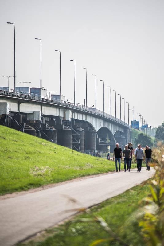 De IJsselbrug tussen Velp en Westervoort.