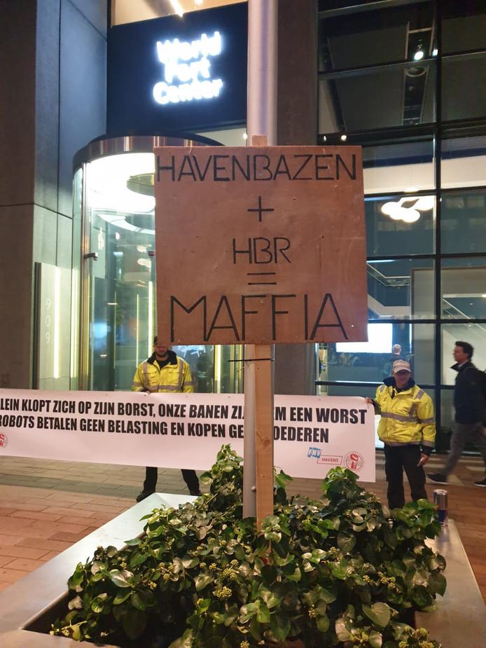 Demonstranten met borden en een spandoek stonden vanochtend voor het kantoor van het Havenbedrijf Rotterdam