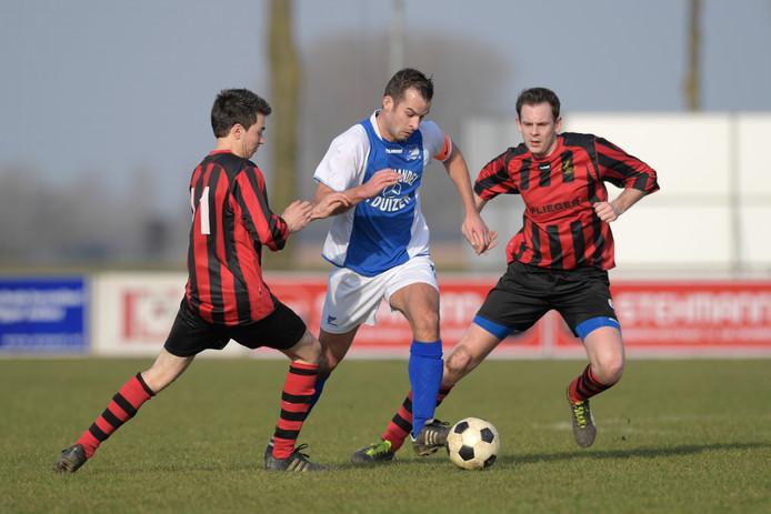 Danny Bijl (ASH), hier te midden van Kerkwijk-spelers Nick van Eck en Jordy Bok, scoorde tweemaal namens zijn ploeg. (archieffoto)