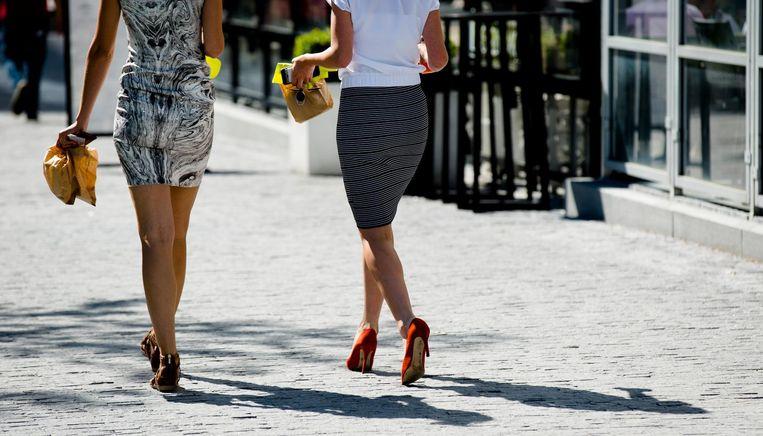 Zes op de tien Amsterdamse vrouwen heeft afgelopen jaar minimaal een keer last gehad van straatintimidatie, van nafluiten tot betasting of in het nauw drijven. Beeld anp