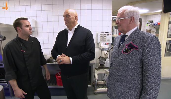 Herman den Blijker (midden) en Willem Reimers (rechts) in de keuken.