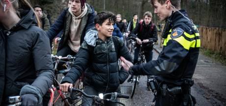 Politie deelt 30 bekeuringen uit in Almelo voor slechte fietsverlichting