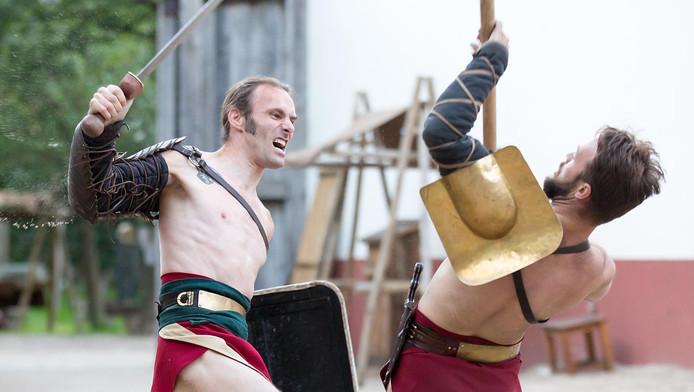 Dick van Heusden (links) als gladiator in gevecht met Bouke van Onna.