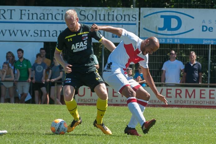 Duel uit de wedstrijd tussen het Amersfoorts elftal en AZ, vorig jaar: links Jop van der Linden van AZ, rechts Amersfoorter Berry Powel.