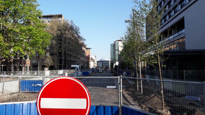 Op het stuk Vestdijk tussen Dommelstraat en Kanaalstraat in Eindhoven zijn inmiddels de bomen geplant. Na Pasen gaan deze hekken weg en kunnen automobilisten én fietsers weer doorrijden.