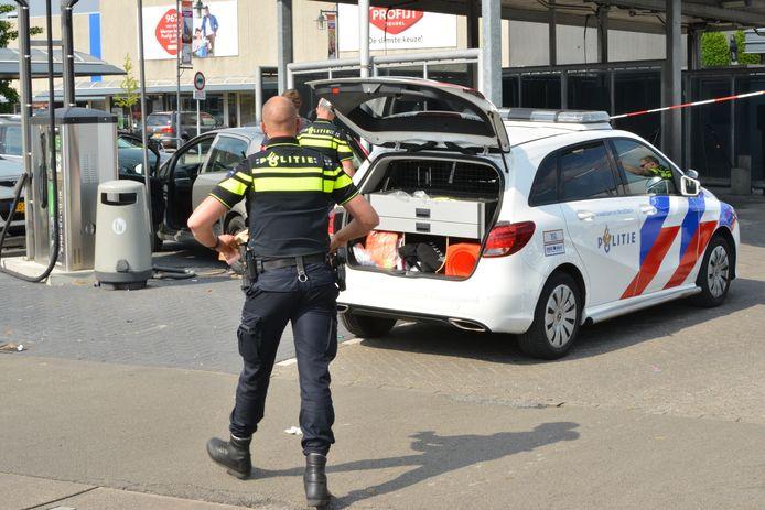 De politie trof de man zittend in zijn stilstaande auto aan.