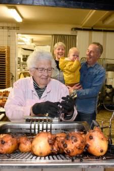 Koeiemart of niet: Oma Oliebol (91) is dolblij dat ze alsnog weer heerlijke oliebollen kan bakken