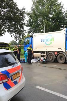 Scooter rijdt tegen vuilniswagen in Hoogland