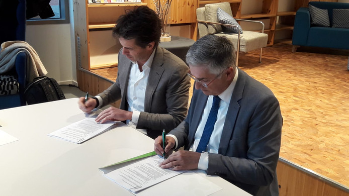 Directeur Hans Maris van de Meerpaal en wethouder Ton van Amerongen tekenen het 'prestatiecontract'.
