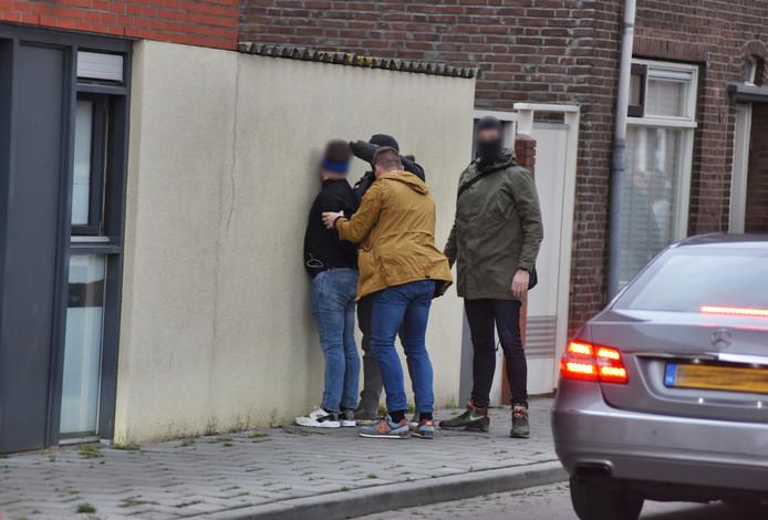 De aanhouding van een van de verdachten van de 'puinzakkenbende' op het Afrikaanderplein in Tilburg.