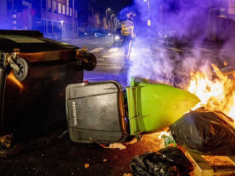 Grote groep jongeren relt in Haagse Schilderswijk