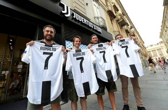 Fans van Juventus met een shirt van Cristiano Ronaldo.
