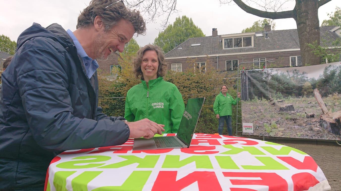 Frank Ulijn vult als eerste de gegevens van 'zijn' bomen in.